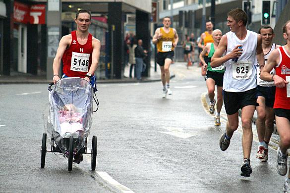 trkač sa kolicima i decom